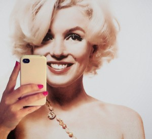 selfie marylin text messaging